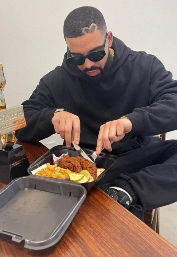 Drake, a Dave's Hot Chicken étteremláncban